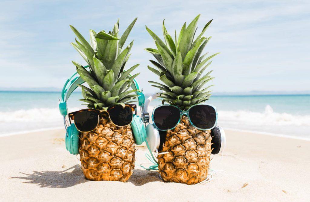 leto-ananas-sand-sea-pliazh-otdykh-sunglasses-ochki-kanikuly